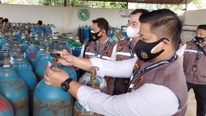 Polda Jambi mengecek ketersediaan tabung oksigen, Senin (5/7/2021).