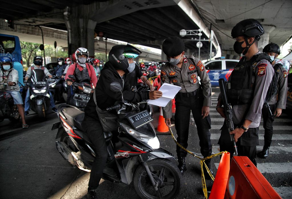 Sejumlah jalan disekat saat PPKM darurat, termasuk di perempatan Cempaka Mas, Jakpus. Selain itu, pos penyekatan itu juga dijaga aparat bersenjata.