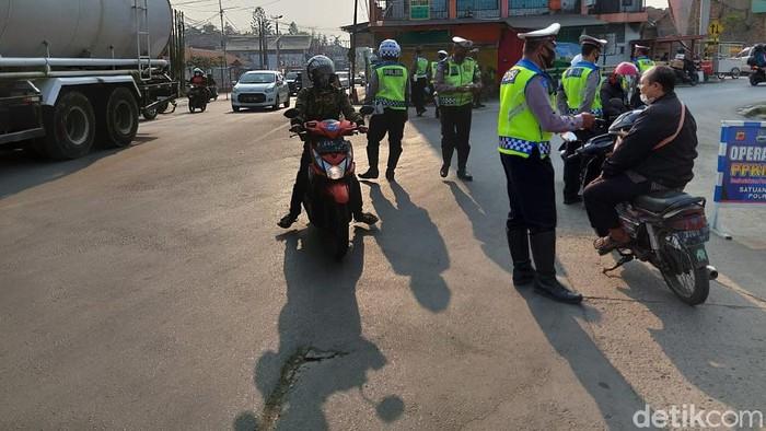 Jajaran Satlantas Polres Cimahi terus melakukan penyekatan mobilitas masyarakat di ruas Jalan Raya Padalarang, Kabupaten Bandung Barat.
