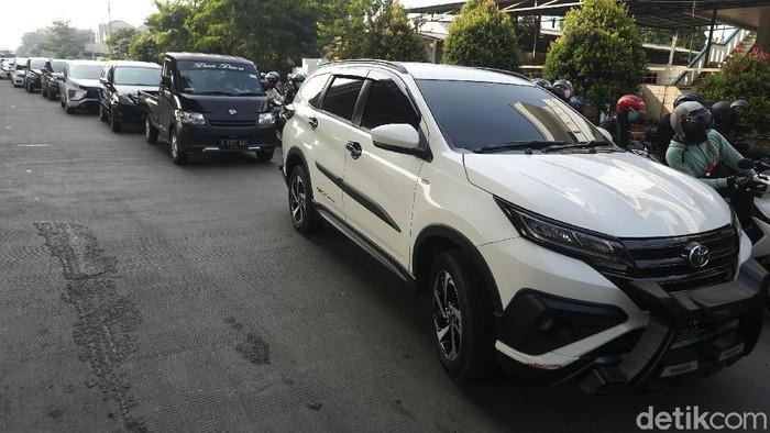 Kendaraan baik roda dua maupun roda empat mengular panjang dan terjadi kemacetan parah, akibat penyekatan PPKM Darurat di Jalan Kalimalang Raya, perbatasan wilayah DKI Jakarta-Kota Bekasi, Senin (05/07/2021).