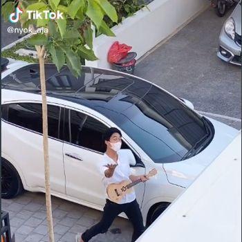 So Sweet! Pria Kirim Makanan untuk Kekasih pakai Drone Diiringi Lagu