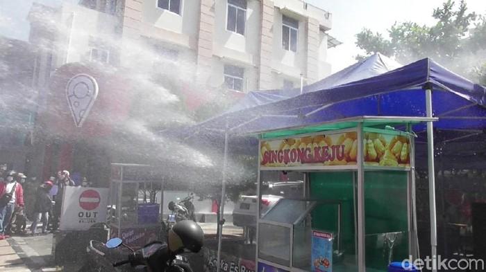 Satpol PP Kota Semarang dan tim gabungan menindak pelanggar aturan PPKM Darurat, Senin (5/7/2021).