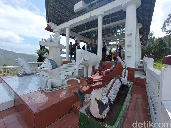 Di bagian depan terdapat patung hewan yang menjadi pengigat bahwa dulunya Ompu Siraja Batak memiliki ternak. Ternaknya bahkan seekor naga. (Bonauli/detikcom)