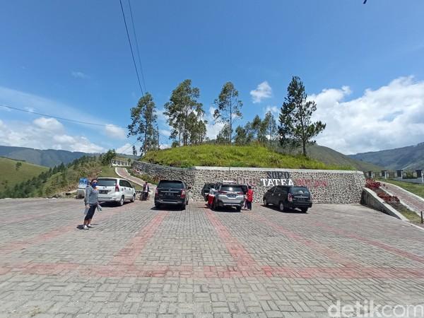 Area parkirnya sangat luas. Setiap harinya selalu ada pengunjung yang datang ke sini untuk berdoa. (Bonauli/detikcom)
