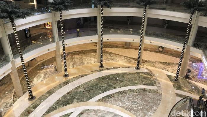 PPKM Darurat membuat salah satu pusat perbelanjaan di Jakarta sepi. Hanya beberapa gerai yang diizinkan buka dengan prokes ketat.