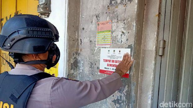 Tim gabungan menutup sejumlah pertokoan cinderamata maupun batik di Solo, Jawa Tengah, Senin (5/7/2021). Pertokoan ini dinilai melanggar PPKM darurat.