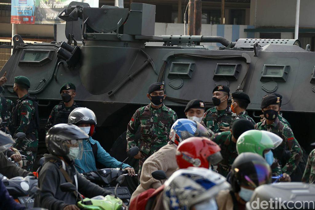 Sejumlah jalan disekat saat PPKM darurat, termasuk di Kalimalang, yang menjadi perbatasan Jakarta Timur dan Bekasi. Pos penyekatan itu juga dijaga aparat bersenjata.
