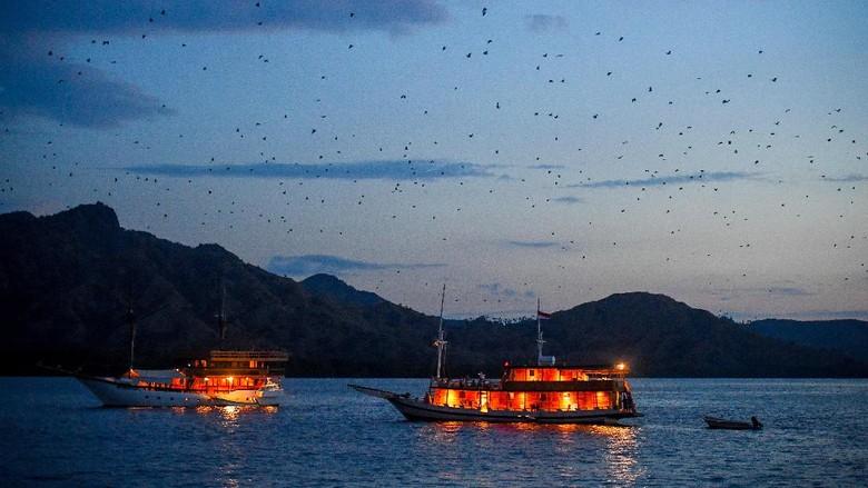 Perahu pinisi bersandar di sekitar Pulau Kalong, Nusa Tenggara Timur.