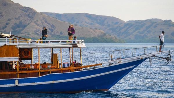 Kapal pinisi menjadi pilihan terbaik untuk menuju objek wisata Pulau Komodo, Pantai Pink, Manta Point, Pulau Padar, dan Pulau Kelor.