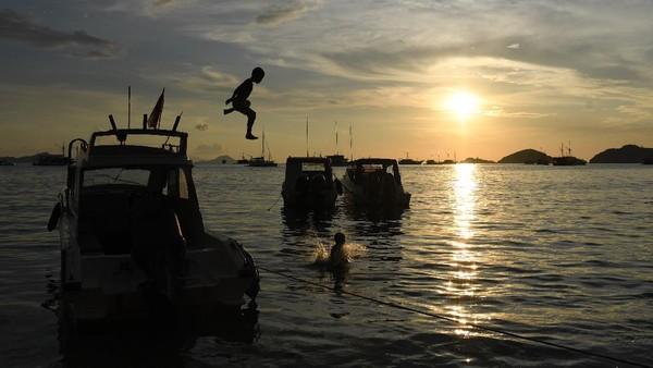Wisatawan yang ingin melakukan perjalanan singkat ke beberapa destinasi wisata disana dapat juga bisa menggunakan kapal cepat.