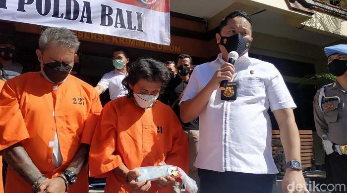 2 Orang preman berinisial AAMW alias W (49) dan IDGS alias M (36) yang merupakan anggota organisasi masyarakat (ormas) besar di Bali (Sui/detikcom).