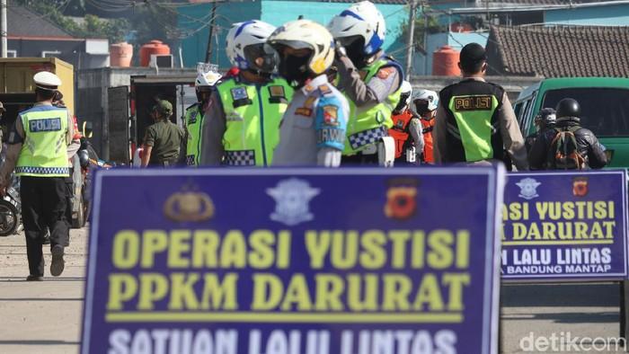 Puluhan kendaraan berpelat nomor luar Bandung Raya diputar balik di pos penyekatan Cileunyi. Hal itu dilakukan karena saat ini  Bandung terapkan PPKM Darurat.