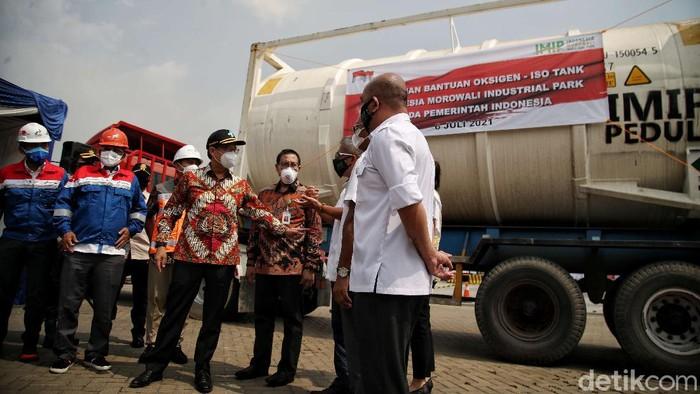 Permintaan oksigen meningkat di tengah lonjakan kasus COVID-19 di Indonesia. Bantuan oksigen pun diberikan oleh sejumlah pihak untuk bantu tangani pandemi di RI