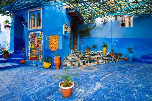 Ada juga teori yang mengatakan warna biru diperkenalkan orang Yahudi. Namun ada juga penduduk lokal yang menyebutkan warna biru ampuh usir nyamuk.
