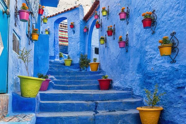 Chefchaouen artinya permata biru. Kota ini berada di pegunungan Rif, sebelah utara negara Maroko.