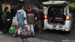 Kasus harian COVID-19 di Indonesia mencapai 31.189 kasus pada Selasa (6/7/2021). Rekor 31.189 kasus harian COVID-19 ini merupakan yang tertinggi ke-3 di dunia.