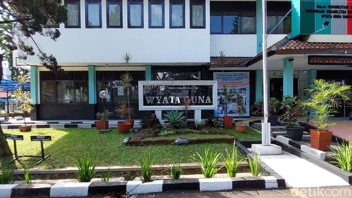 Gedung Wiyata Guna dialihfungsi jadi lokasi isolasi pasien Corona. Gedung milik Kemensos itu akan difungsikan jadi tempat isolasi pasien COVID-19 tanpa gejala.