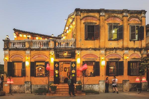 Ada alasan ternyata kenapa dipilih warna kuning. Pertama,warga Taiwan percaya jika kuning merupakan simbol kerajaan dan superioritas. Kedua, warna kuning lambang keberuntungan, kebanggaan dan kemakmuran bagi Vietnam. Terakhir warna kuning dianggap menyerap lebih sedikit panas sehingga cocok untuk cuaca tropis.