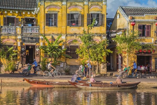 Lambat laun, pedagang tak ada lagi yang singgah. Kini, kota ini bersisa bangunan kuno yang masdih terawat, lengkap dengan budaya dan tradisi mereka.