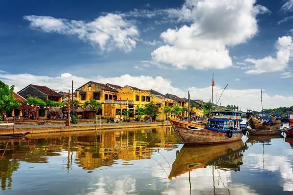 Kota ini bernama Hoi An. Letaknya di sebelah selatan Da Nang, di dekat Sungai Thu Bon