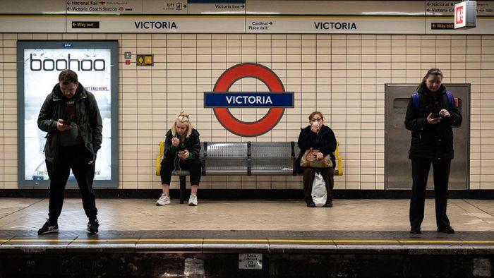 Inggris berencana melonggarkan kewajiban menggunakan masker di ruang publik. Rencana tersebut akan mulai dilakukan pada tanggal 19 Juli 2021 mendatang.