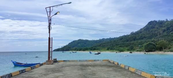 Pantai Melingge, merupakan salah satu pantai indah di pulau terpencil ini.