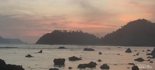 Berkunjung ke Pulau Breuh ini merupakan sensasi tersendiri bagi anda yang mencintai wisata alam khususnya Pantai.