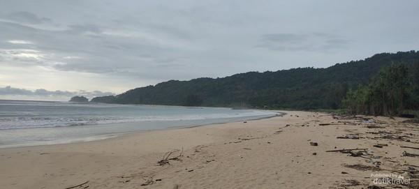 Salah satu pantai di Pulau Breuh yang begitu sunyi.