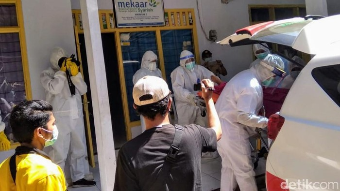 Dua orang di Bondowoso ditemukan meninggal dalam kantor. Diduga, mereka keracunan asap genset yang dinyalakan sejak semalam.
