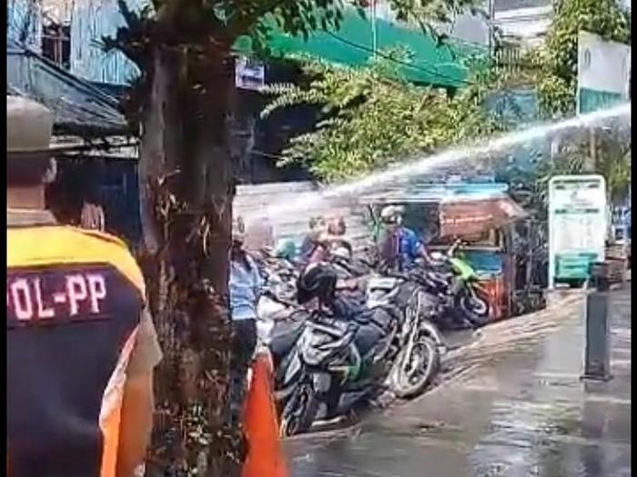 Kerumunan warga di depan Plaza Kenari dibubarkan pakai water canon