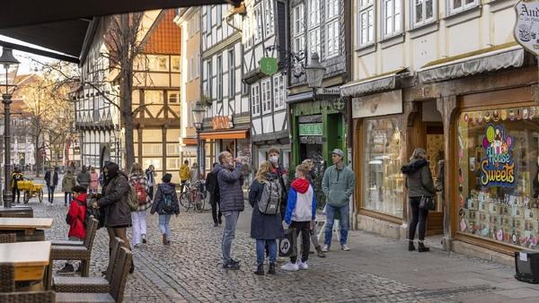Anak-anak muda juga suka shopping di Braunschweig. Wakil Wali Kota Braunschweig, Annegret Ihbe sendiri berharap, jembatan Bandung tersebut akan menjadi inspirasi positif bagi kerja sama antara kedua kota ke depannya. (Getty Images/Ilari Nackel)