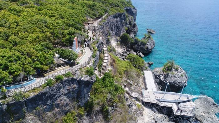 Objek wisata Broadwalk dan Jembatan Kaca Titik Nol di kawasan Pantai Tanjung Bira yang ditutup imbas kerumunan. (dok. Istimewa)