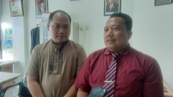Pegawai UIN Suska, Syamsul Kamar (kiri) dan penasehat hukumnya, Hasan Basri (kanan)