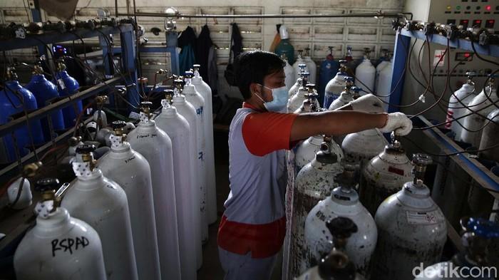 Pasokan oksigen untuk kebutuhan medis sempat mengalami kelangkaan. Pemerintah meminta pasokan oksigen industri dikonversi untuk memenuhi kebutuhan medis.
