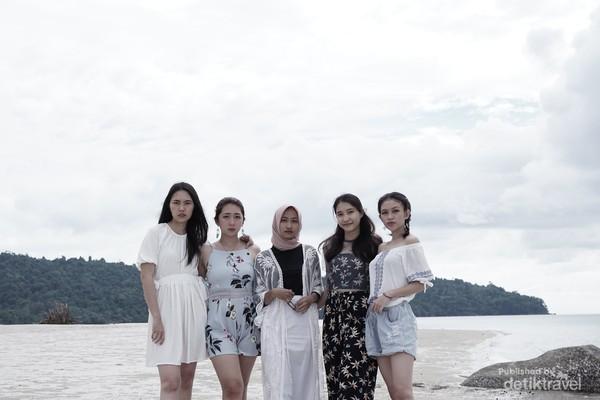 Foto bersama dengan Putri Pariwisata Persahabatan 2019, Devi Septriyani Robert sebelah kiri