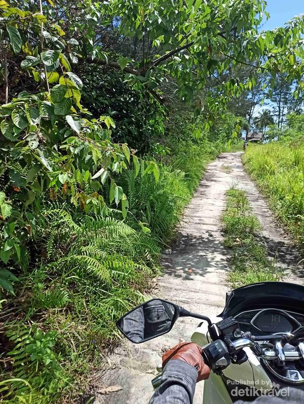 Jalan berpasir saat mendekati Pantai Jerangkat