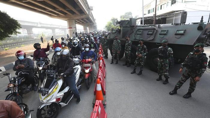 Panser Anoa dan Rantis Barracuda turut dikerahkan untuk menyekat kendaraan yang hendak masuk Jakarta saat PPKM Darurat diberlakukan. Berikut penampakannya.