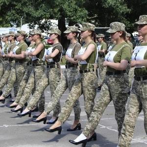 Kontroversi Tentara Wanita Ukraina Parade Pakai Heels, Menteri Saling Kritik