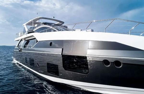Inilah Azimut Grande, yacht mewah punya Cristiano Ronaldo. Luasnya 26 meter dari haluan ke buritan. (Daily Star)