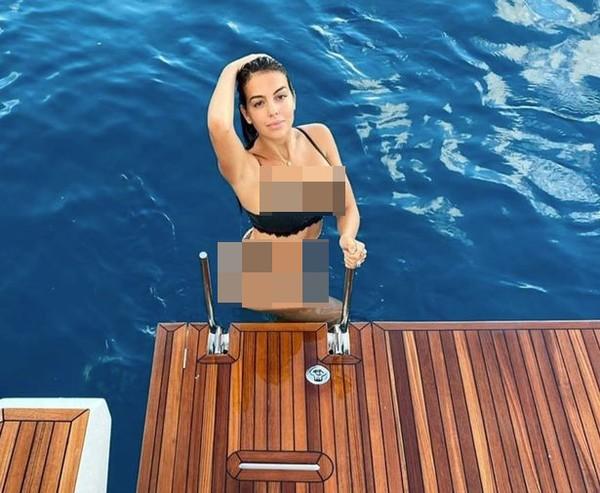 Georgina terlihat bahagia dan pamer foto liburannya di tiap sudut kapal. (Georgina/Instagram)