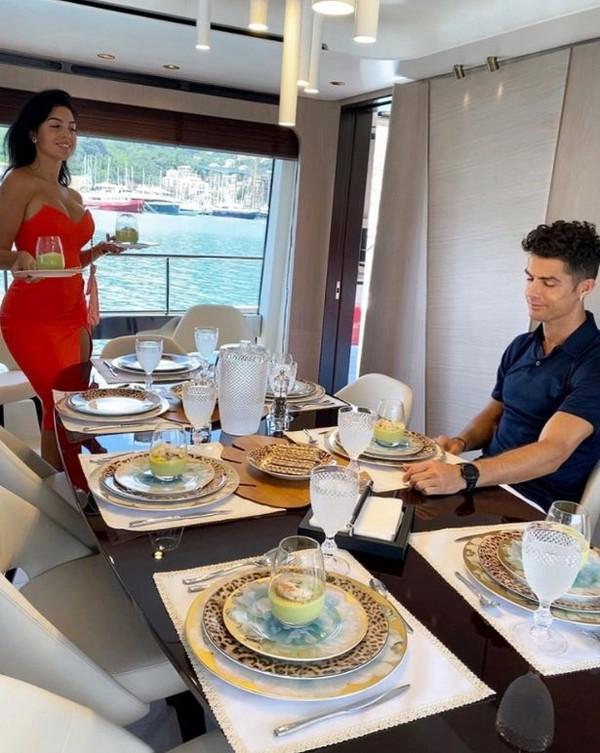 Sebelum dibeli, Cristiano Ronaldo pernah menyewa kapal inipantai Tyrrhenian. (Georgina/Instagram)