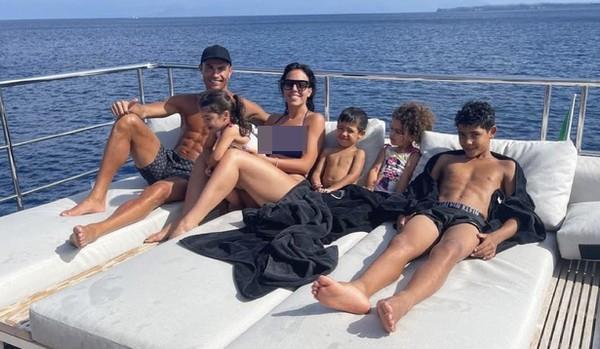 Ronaldo dan keluarga pamer kemesraan sedang berjemur bersama. (Cristiano Ronaldo/Instagram)
