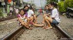Melihat Warga Jakarta Berjemur di Bantaran Rel Kereta Api