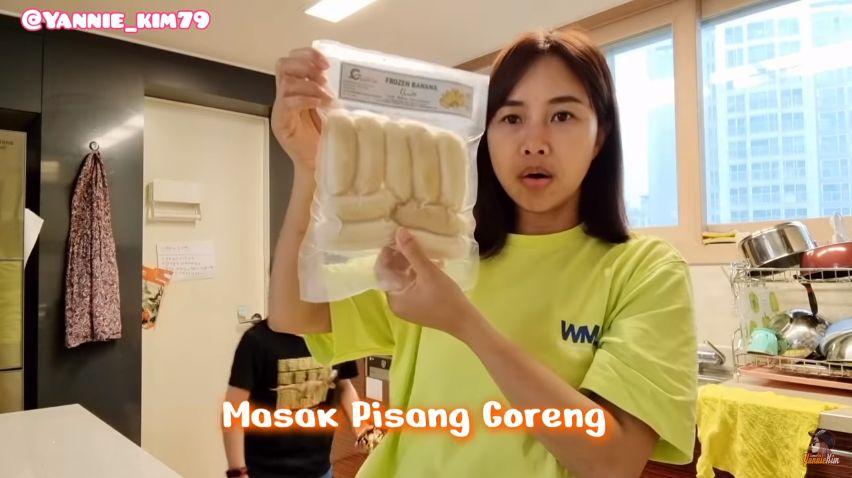 Bocah Korea Makan Pisang Goreng Pakai Kimchi