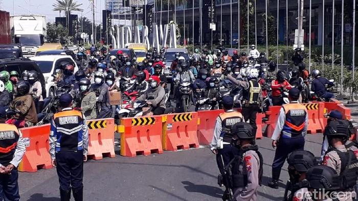 PPKM Darurat di Kota Surabaya memasuki hari kelima. Penyekatan di Bundaran Waru untuk pengendara yang masuk Kota Surabaya ditutup.