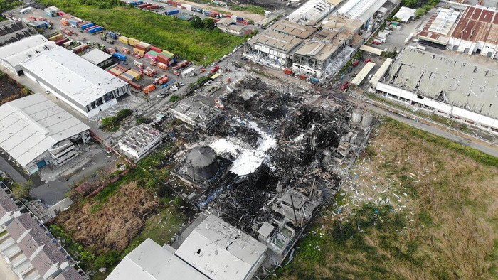 Ledakan dahsyat terjadi di kawasan pabrik kimia di Thailand, Senin (5/7). Begini potret dampak ledakan usai pendinginan.