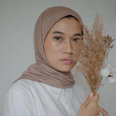 Hijab pashmina bahan jersey.