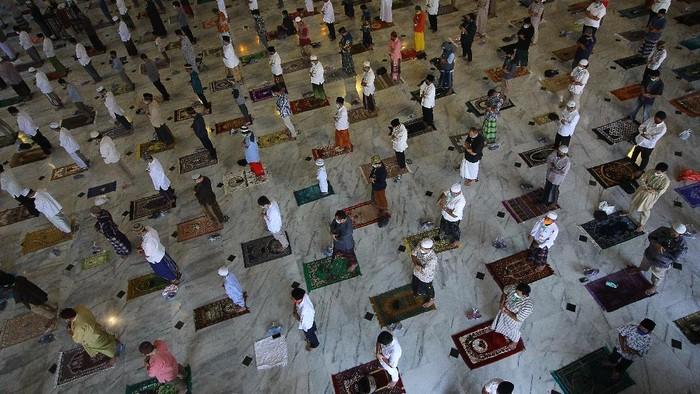 Umat muslim melaksanakan shalat Idul Adha di Masjid Al Akbar, Surabaya, Jawa Timur, Jumat (31/7/2020).