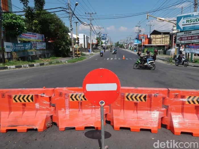 Jalan Parangtritis dan Imogiri Barat Bantul ditutup selama PPKM Darurat, Rabu (7/7/2021).