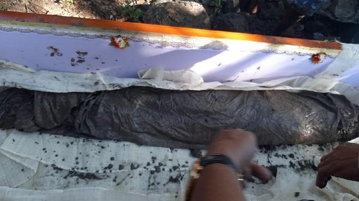 Kain kafan yang tersisa di Makam pejuang kemerdekaan Rahman alias Galla Raman di Jeneponto, Sulsel (dok. Istimewa).